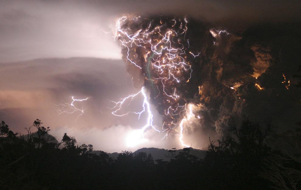 Молния вокруг вулкана Chaiten. 2 мая 2008 год. REUTERS/Carlos Gutierrez