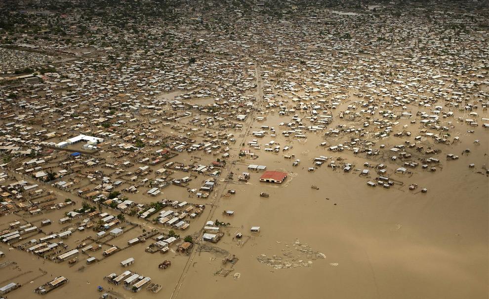 Наводнение вызванное тропическим штормом Ханна. Гаити. 3 сентября 2008 год. REUTERS/Marco Dormino/Minustah