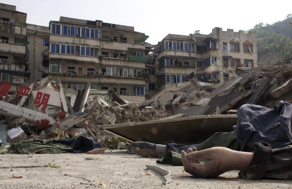 Рука мёртвого человека среди обломков города после землятресения в Бейчуани, область Сычуаня, Китай. 15 мая 2008 год. Paula Bronstein/Getty Images