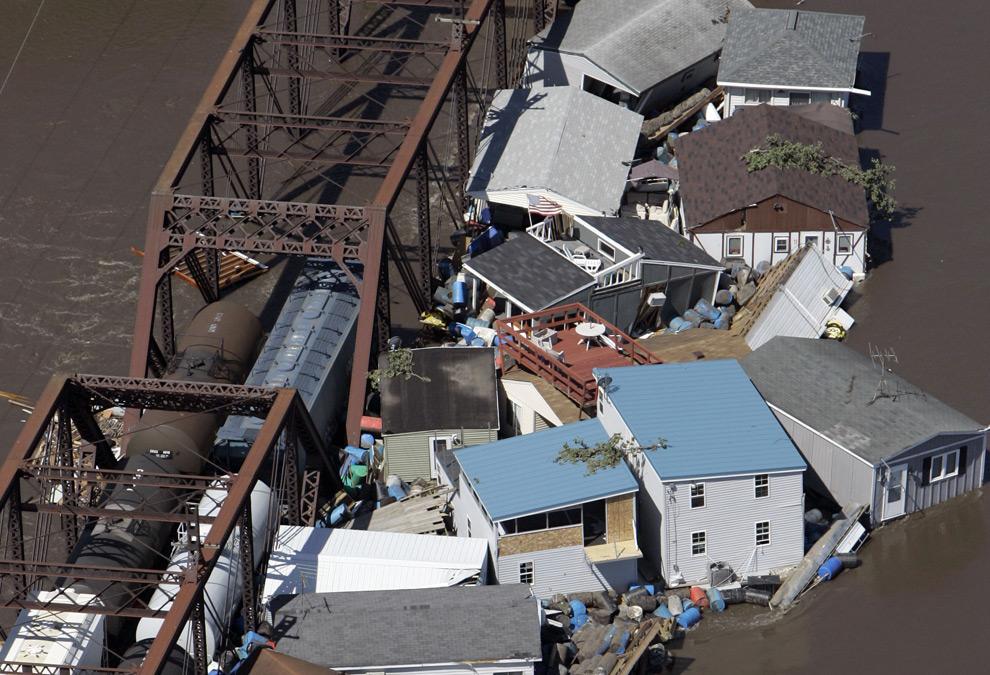 Здания плавающие в реке Кедр собрались у железнодорожного моста. 14 июня 2008 год. AP Photo/Jeff Roberson