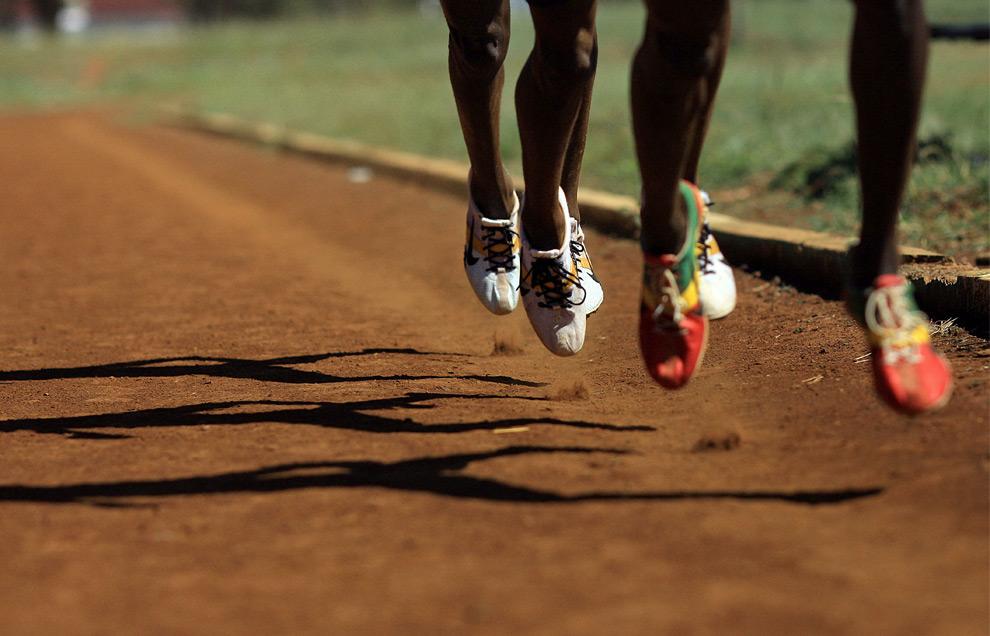 Кенийские бегуны на стадионе Eldoret's Chepkoilel заняты подготовкой к Олимпийским Играм 2008 года в Пекине. 30 мая 2008 год. TONY KARUMBA/AFP/Getty Images