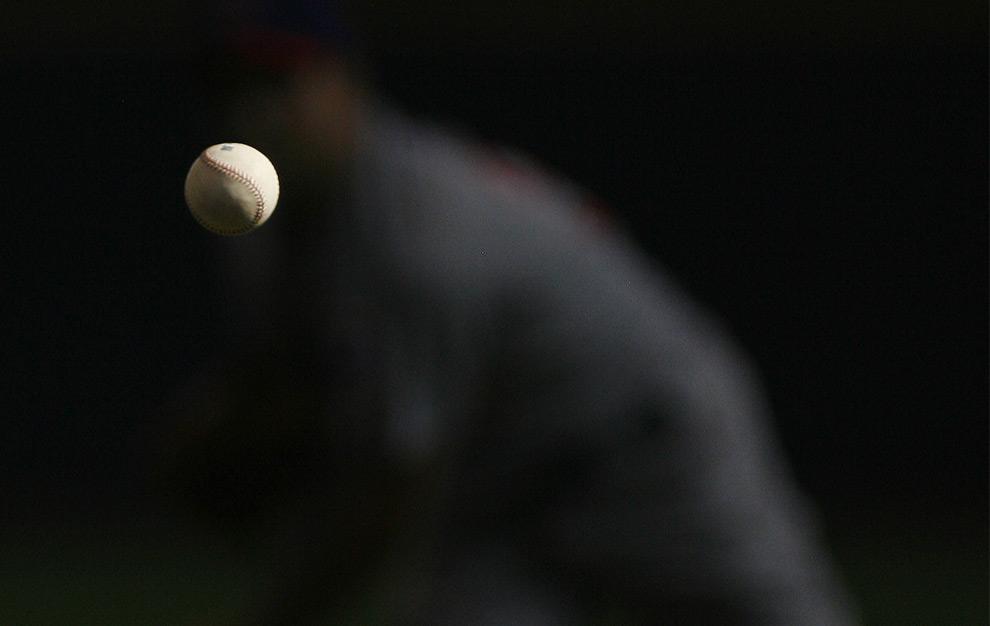 Бейсбольный мяч в полёте после броска питчера Теда Лиллайя. 27 сентября 2008 год. AP Photo/Darren Hauck