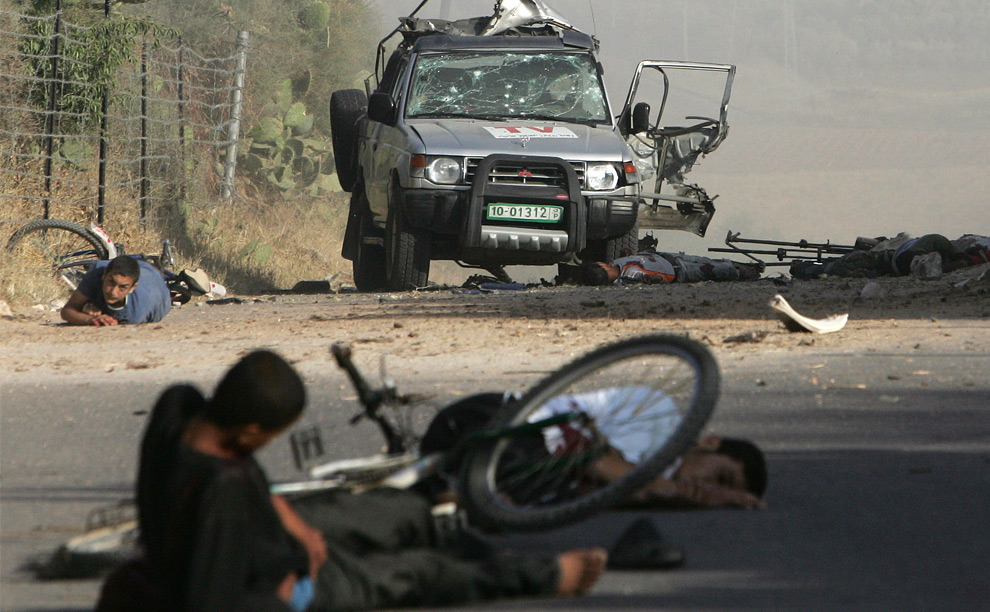 Раненые палестинцы после удара израильской ракеты в центре Сектора Газа. Израильский воздушный удар убил палестинского оператора, работающего для информационной службы Агентства Рейтер и двух других гражданских жителей. 16 апреля 2008 год. MOHAMMED ABED/AFP/Getty Images