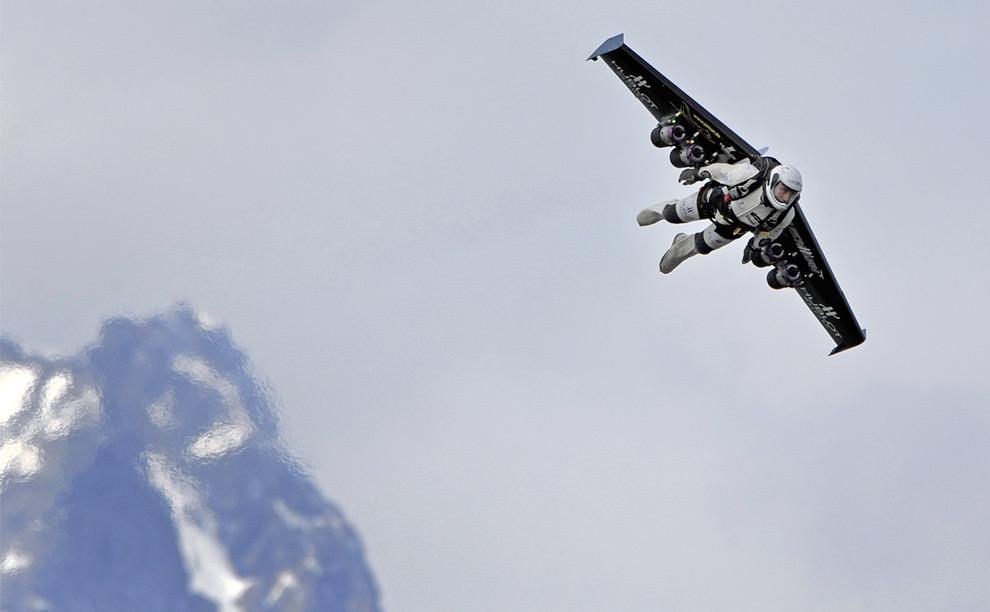 Швейцарский пилот Ивес Россай, первый человек летящий с привязанным к спине реактивным двигателем. 14 мая 2008 год. Fabrice Coffrini/AFP/Getty Images