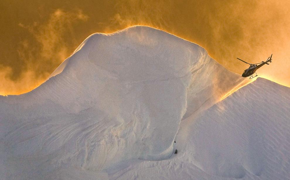 Спасательный вертолет готовится поднять на борт выжевшего японского альпиниста Хидеки Нару. 5 декабря 2008 год. REUTERS/The Christchurch Press/John Kirk-Anderson