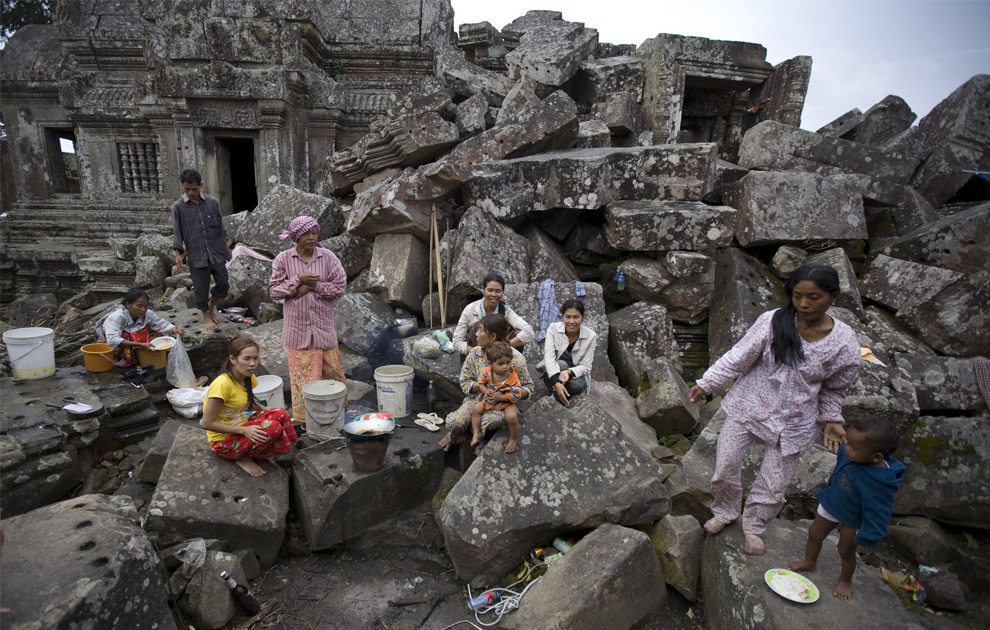 Кампучийские семьи живущие на основании храма. 16 октября 2008 год. REUTERS/Adrees Latif