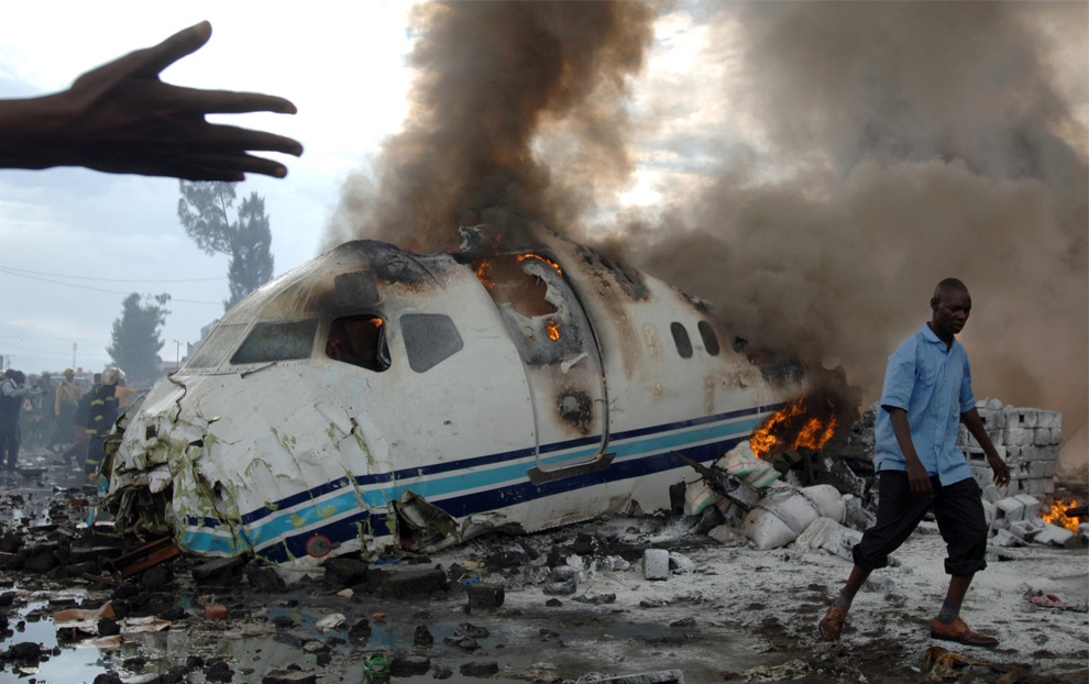 Крушение пассажирского самолета на востоке Демократической республики Конго. Погибло 40 человек. 15 апреля 2008 год. Lionel Healing/AFP/Getty Images