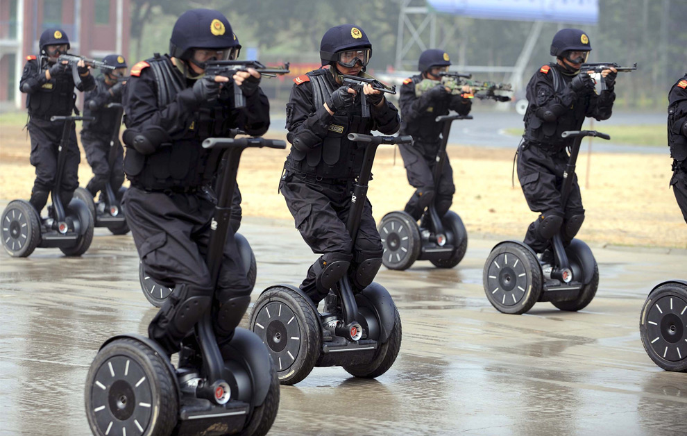 Члены китайской полиции демонстрируют быстрое развёртывание во время антитеррористических упражнений в Цзинань, на востоке Китая. 2 июля 2008 год. AP Photo/Xinhua/Fan Changguo