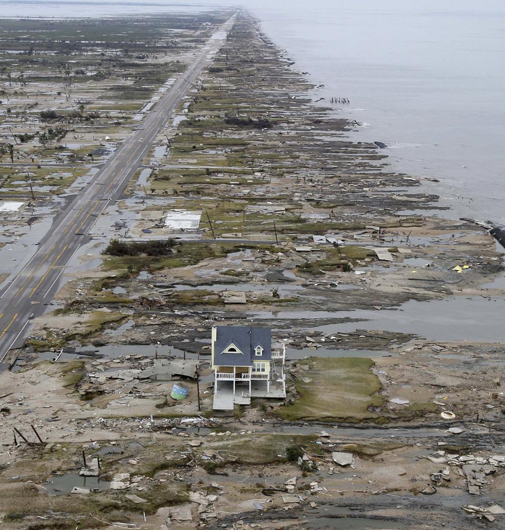 После урагана Айк среди обломков и мусора остался лишь один уцелевший дом, $ 31.5 млрд. ущерба и около 150 случаев смерти во всем Карибском бассейне и на побережье Мексиканского залива. 14 сентября 2008 год. David J. Phillip-Pool/Getty Images