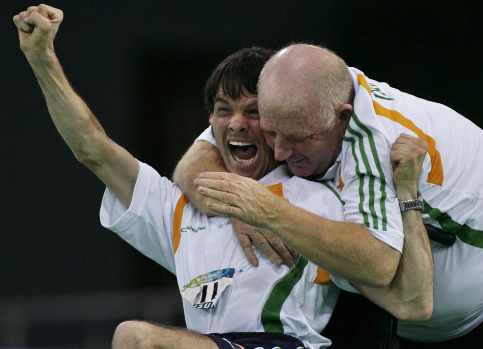 Ирландец Габриэль Шелли (слева) вместе со своим тренером празднует завоевание бронзовой медали на Паралимпийских играх в Пекине. 9 сентября 2008 год. AP Photo/ Elizabeth Dalziel