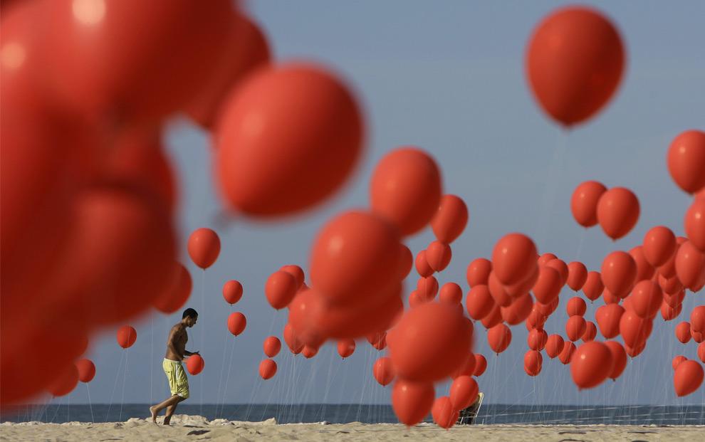 Демонстранты освободили около 4000 красных шаров на пляже Копакабана в Рио-де-Жанейро. 28 июня 2008 год. AP Photo/ Ricardo Moraes
