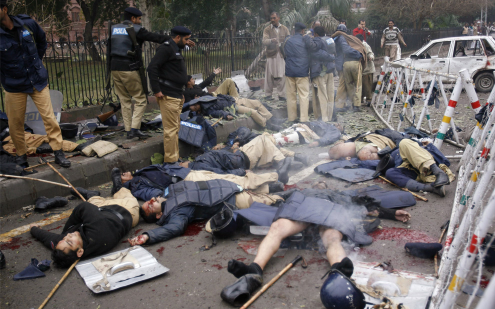 Террорист-смертник подошел к группе полицейских дислоцированных за оградой здания Верховного суда в пакистанском городе Лахор и взорвал себя, в результате чего погибли 21 человек, большинство из них полицейские. 10 января 2008 год. REUTERS/Mohsin Raza