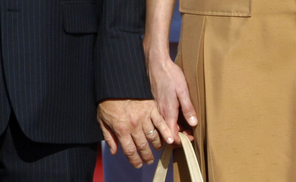 Президент Франции Николя Саркози слегка прикосается рукой к руке его жены Карлы Бруни-Саркози во время приветственной церемонии в аэропорту Бен-Гурион в Израиле. 22 июня 2008 год. REUTERS/Yannis Behrakis