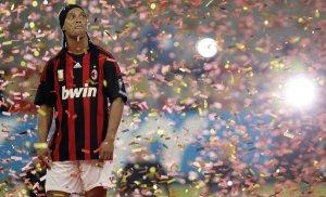 Приветствие Рональдиньо, нового игрока клуба Милан на стадионе Сан Сиро. Италия. 17 июля 2008 год. REUTERS/Alessandro Garofalo