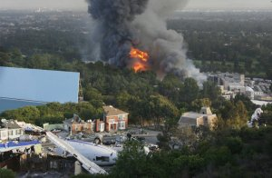 Неконтролируемый огонь в Universal Studios, горят кинонаборы. Часть наборов использовались в фильме Спилберга 'Война миров', включая самолёт. 1 июня 2008 год. Fred Prouser /Reuters