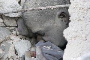 Живой студент под развалинами церковно-приходской школы. 7 ноября 2008 год. REUTERS/Joseph Guyler Delva