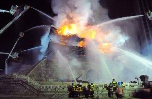 Пожарные против пламени на воротах Namdaemun, один из наиболее исторических участков Южной Кореи в центральном Сеуле. 11 февраля 2008. Kim Jae-hwan/AFP/Getty Images