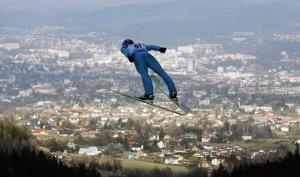 Фин Гарри Олли летит в большом прыжке над лыжным холмом в Либерце. Чешская республика. 9 февраля 2008 год. REUTERS/David W Cerny