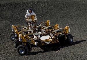 Инженер Дастин Гомерт, сотрудник НАСА, на новом прототипе лунохода. NASA/JSC