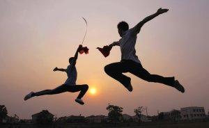 Студенты изучают боевые искусства в школе боевых искусств Xuecheng в Цзаочжуан, провинция Шаньдун, Китай. Около 300 студентов со всей страны, в возрасте от 5 до 17 лет, получают профессиональную подготовку боевых искусств в этой школе. 11 июня 2008 год. REUTERS/China Daily