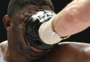 Сэмюэл Питер из Нигерии получает удар от Виталия Кличко во время боя на звание чемпиона мира по версии WBC в Берлине, Германия. 11 Октября 2008 год. Кличко выиграл бой. AP Photo/Herbert Knosowski