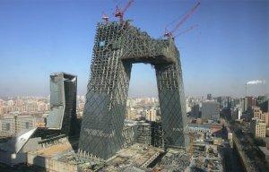 Строительная площадка новой штаб-квартиры центрального телевидения Китая в Пекине. Две угловые башни были соединены в виде непрерывной петли из горизонтальных и вертикальных секций. 230 метровое здание, одно из самых высоких в Пекине, более 10000 сотрудников. 23 января 2008 год. AP Photo/Greg Baker