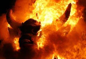 Член королевской семьи был кремирован в саркофаге быка. Бали, Индонезия. 15 июля 2008 год. AP Photo/Ed Wray