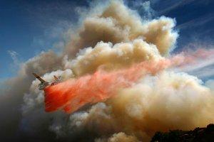 Пожарные на аэротанкере скидывают огнетушащие вещества во время пожаров в центральной и северной Калифорнии. 3 июля 2008 год. David McNew/Getty Images