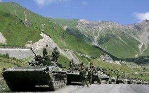 Колонны русских войск идут через Кавказские горы к вооруженному конфликту между грузинскими войсками и войсками Южной Осетии. 9 августа 2008 год. Dmitry Kostyukov/AFP