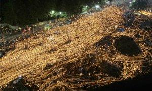 Протестующие со свечами во время митинга, требуют пересмотра решения о импорте говядины из США и отставки президента Ли Мен Бак в Сеуле, Южная Корея. 7 июня 2008 год. REUTERS/Jo Yong-Hak