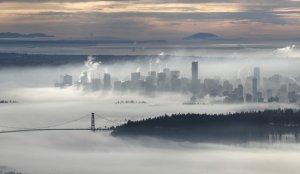 Даунтаун в центре Ванкувера и Lions Gate Bridge, город оказался выше утреннего тумана. 17 ноября 2008 год. REUTERS/Andy Clark