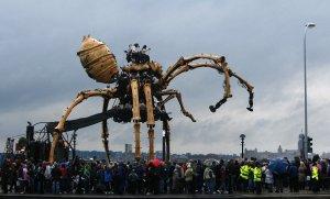 """30-ти метровый гигантский механический паук, часть свободного театра французской компании """"Les Mecaniques Servants"""", прогуливается вдоль набережной в Ливерпуле, Англия. 5 сентября 2008 год. REUTERS/Phil Noble."""