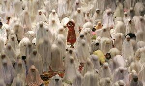 Мусульманские женщины во время молитвы в канун первого дня исламского поста месяца рамадан в мечети Сурабая, Восточная Ява, Индонезия. 31 августа 2008 год. REUTERS/Sigit Pamungkas