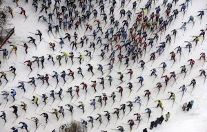 Тысячи мужчин и женщин в ежегодном лыжном марафоне Энгаден, вблизи Санкт-Морица в юго-восточной Швейцарии. 9 марта 2008 год. AP Photo/Keystone/Alessandro Della Bella