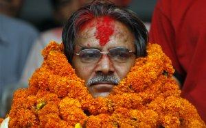 Маоистский лидер Прачанда сидит с венком, его объявили победителем выборов в Катманду, Непал. 12 апреля 2008 год. REUTERS/Desmond Boylan