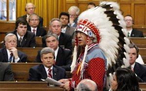 Премьер-министр Канады Стивен Харпер и другие депутаты слушают руководителя Национальной Ассамблеи первых наций Фила Фонтейна, Палата Общин Парламента, Оттава. 11 июня 2008 год. REUTERS/Chris Wattie