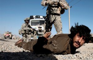 Американские солдаты задержали афганского мужчину, после того как обнаружили незаконное оружие в его автомобиле, деревня близ Кандагара, Афганистан. 27 апреля 2008 год. REUTERS/Goran Tomasevic