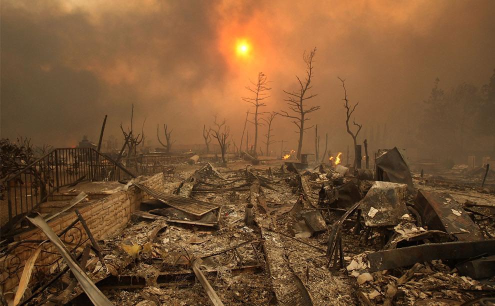 600-800 домов сгорели в крупном пожаре, штат Калифорния. 15 ноября 2008 год. David McNew/Getty Images