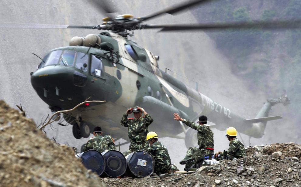 Военный вертолёт готовится к транспортировке солдат и инженеров в районе землетрясения Бейчуань, провинция Сычуань. Китай эвакуировал более 150 000 человек из этого района. 27 мая 2008 год. REUTERS/China Daily