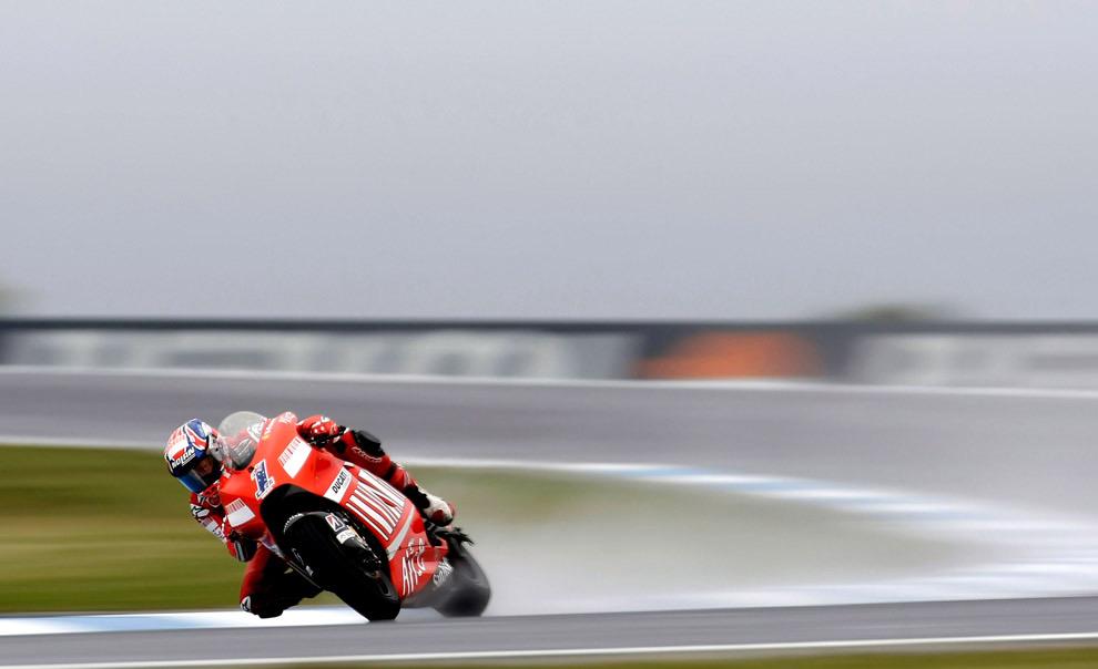Кейси Стоунер из Австралии (команда Ducati) на практическом круге. MotoGP Австралии. 3 октября 2008 год. Robert Cianflone/Getty Images