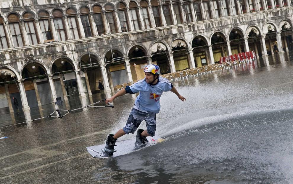 Дункан Зуур из Нидерландов едет на вейкборде по затопленной площади Сан-Марко в Венеции, Италия. 2 сентября 2008 год. REUTERS/Handout/Euro-Newsroom.com/Joerg Mitter