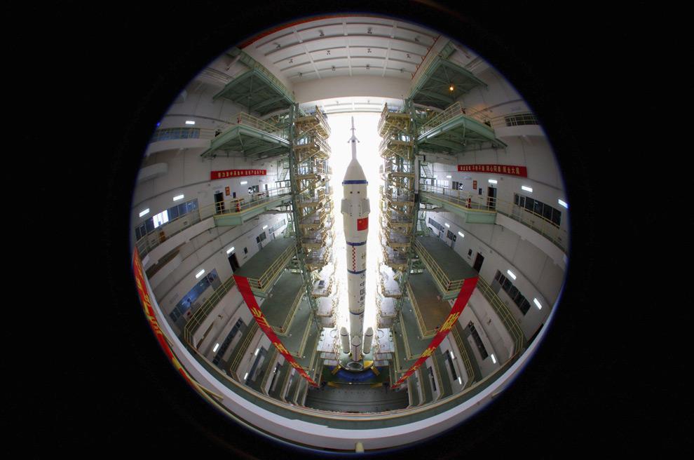 Китайский пилотируемый космический корабль ШеньЖоу-7 в стартовом комплексе провинции Ганьсу, Китай. 20 сентября 2008 год. REUTERS/Stringer