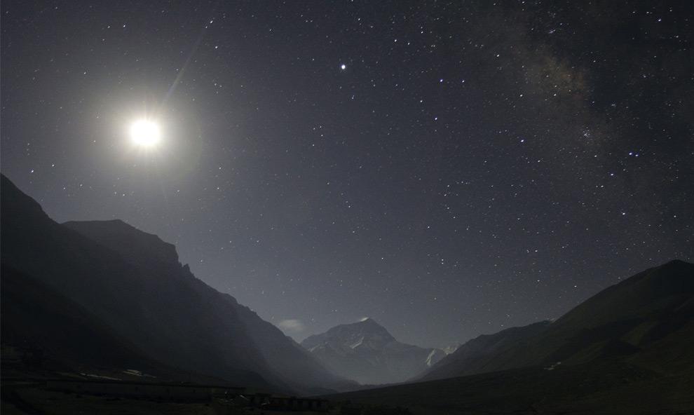Луна и звёзды над горой Эверест. 29 апреля 2008 год. REUTERS/David Gray
