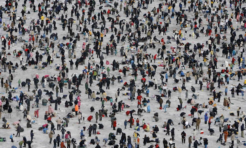 На ежегодном фестивале льда, который длится три недели, присутствовало более 1000000 человек. 20 километров от демиталиризованной зоны разделяющей две Кореи. 13 января 2008 год. REUTERS/Lee Jae-Won