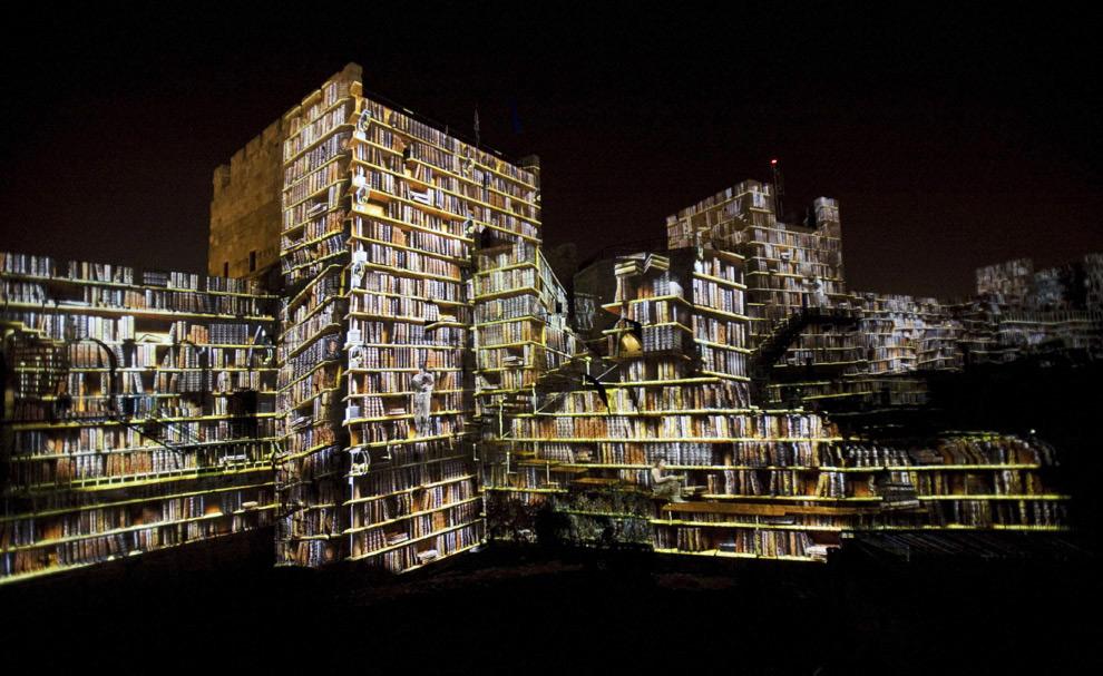 Фотография книг уложенных на полках проецируют стены башни Давида в Иерусалиме, в Старом городе. 7 октября 2008 год. AP Photo/Bernat Armangue