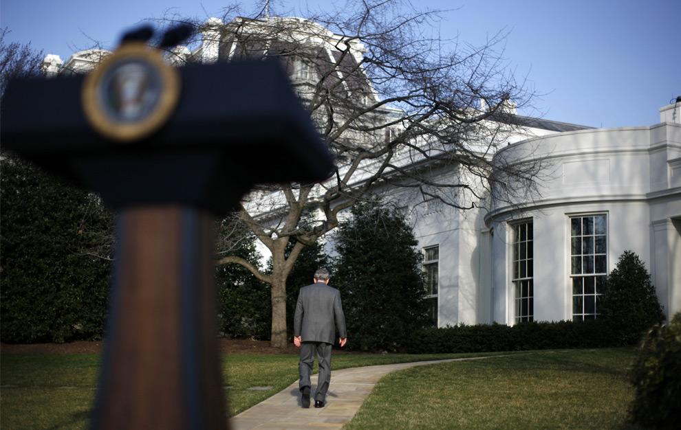 Президент США Джордж Буш уходит в Овальный кабинет после выступления перед журналистами в Вашингтоне. 13 марта 2008 год. REUTERS/Jim Young