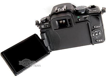 Камера оснащена поворотным дисплеем