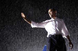 Кандидат в президенты от демократической партии сенатор Барак Обама на митинге во время дождя. 27 сентября 2008 год. AP Photo/Alex Brandon