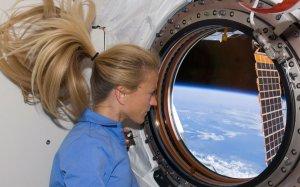 Астронавт Карен Ниберг, специалиста миссии STS-124, смотрит через окно в недавно установленной Кибо лаборатории Международной космической станции в то время как Спейс шаттл Дискавери пристыковывается к станции. 10 июня 2008 год