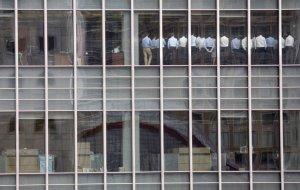 Сотрудники Lehman Brothers в зале заседаний, отделение в финансовом районе Канарской Верфи, Лондон. Lehman Brothers объявил о своём банкротстве и был ликвидирован. Это было крупнейшее банкротство в истории США. 11 сентября 2008 год. REUTERS/Kevin Coombs